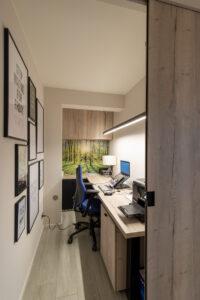 Kantoorruimte die zowel open als gesloten gebruikt kan worden. Er staat een grote werktafel en speelse lichtelementen, zoals een verlicht bos, worden gebruikt om de ruimte te verlichten.