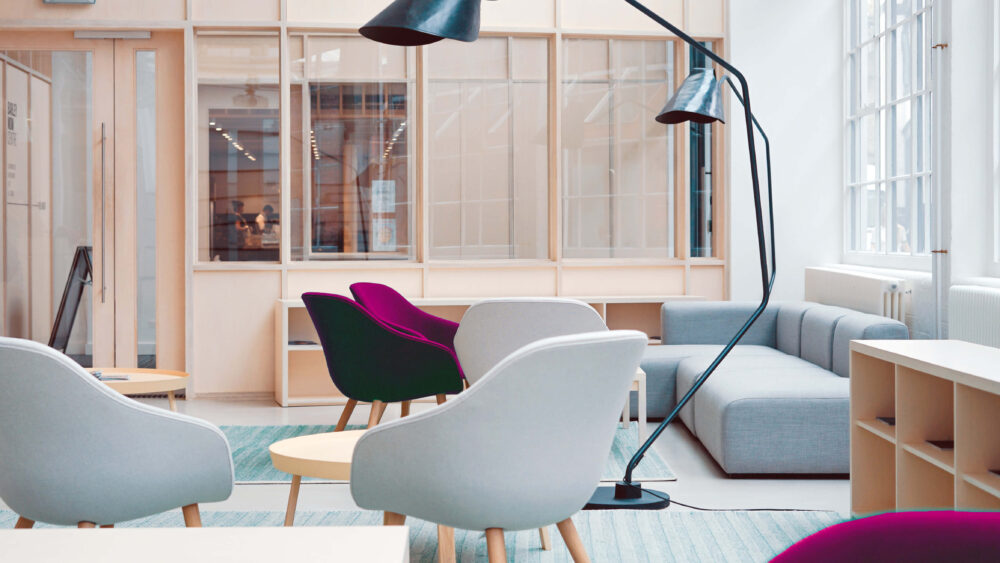 Leuk ingerichte kantoorruimte met comfortabel zitmeubilair.
